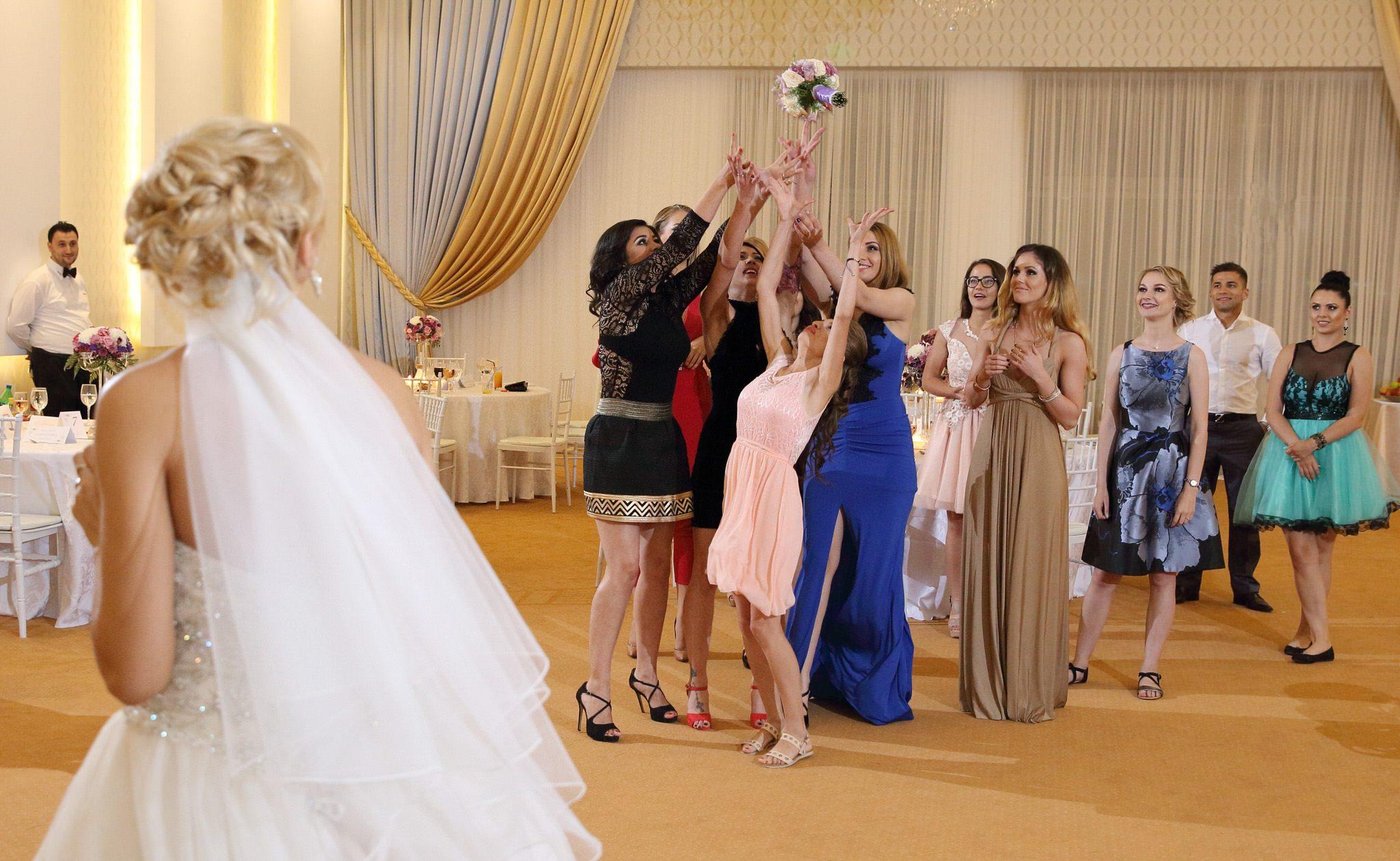 Petrecere nunta, aruncarea buchetului