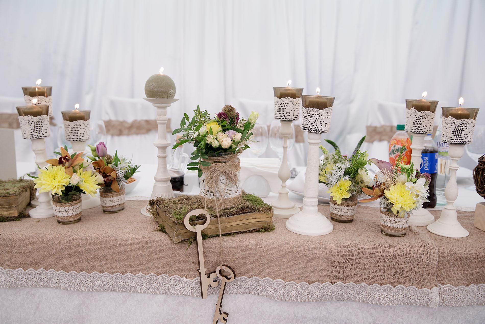 Aranjamente pe masa mirilor